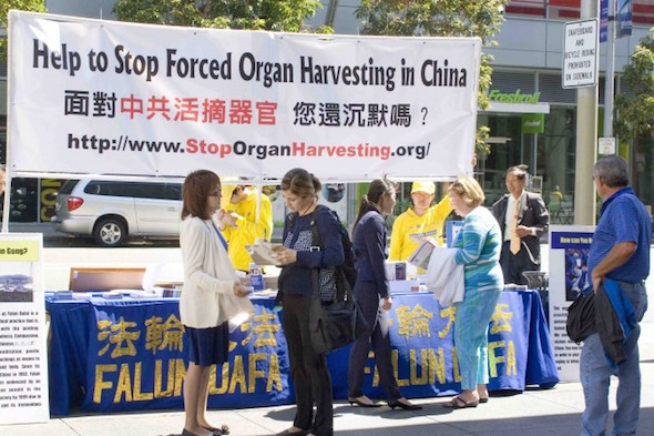Participants in the World Transplant Congress sign a petition calling for the end of forced organ harvesting in China, on July 27, 2014, in San Francisco. (Zhou Rong/Epoch Times)