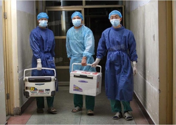 Chinese doctors carry fresh organs for transplant at a hospital in Henan Province on Aug. 16, 2012. (screenshot from Sohu.com)