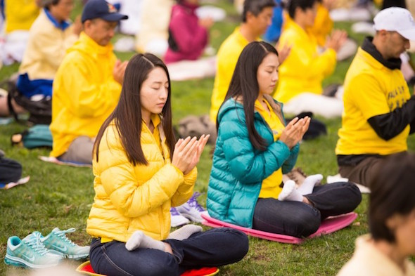 Women meditate at a Falun Gong group practice in San Francisco on Oct. 15. (Dai Bing/Epoch Times)