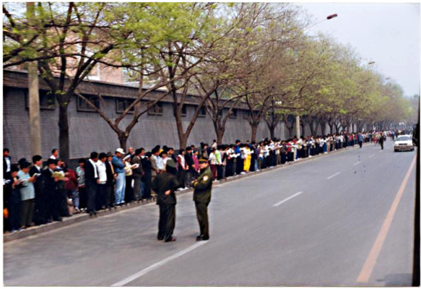 Falun Gong practitioners peacefully appeal in orderly fashion at Zhongnanhai on April 25th, 1999.