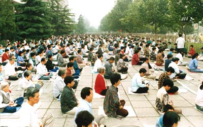 A typical Sunday morning practice site in Beijing before the crackdown consisting of 2,000 people. (Minghui.org)