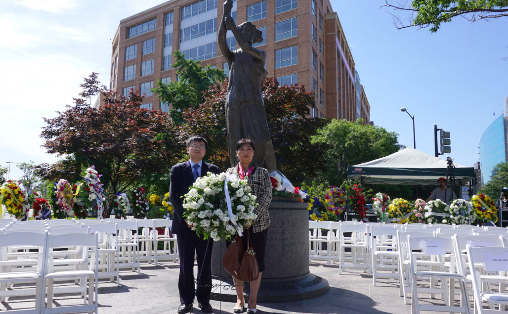 Falun Gong practitioners laid a wreath at a ceremony commemorating the lives of victims of communism. (Lin Fan/Epoch Times)